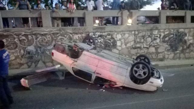 ¡2 jóvenes y un bebé se salvaron de morir tras volcar su auto en Aguascalientes!