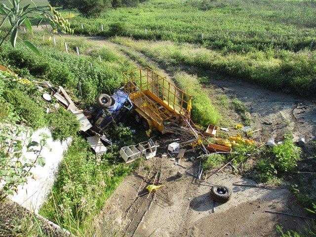 ¡Camioneta cayó a un barranco y se volcó y sus 3 tripulantes salieron ilesos en Aguascalientes!