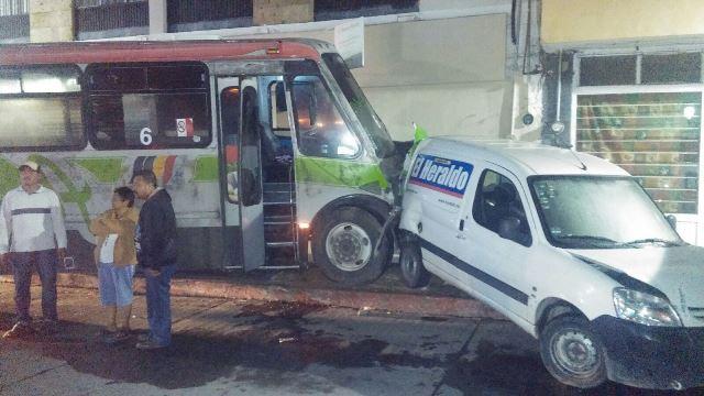 ¡2 mujeres lesionadas tras chocar un camión urbano y dos camionetas en Aguascalientes!