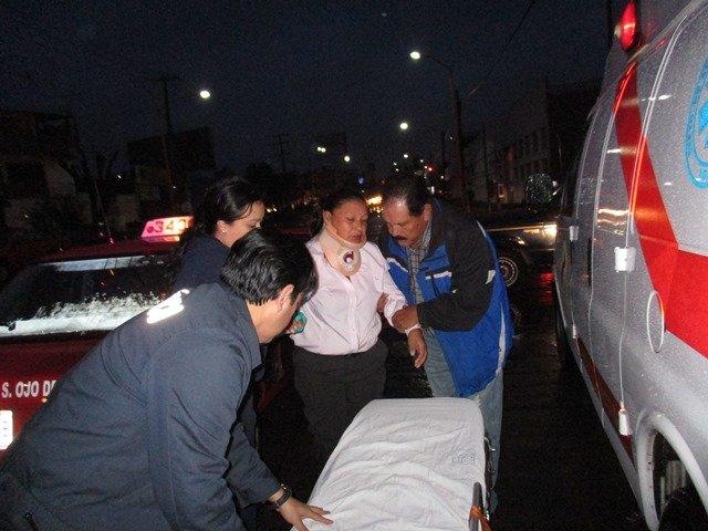 ¡Fuerte choque entre un taxi y un camión urbano dejó 2 lesionados en Aguascalientes!
