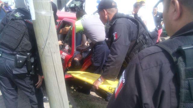 ¡1 lesionada tras fuerte colisión entre auto particular y un taxi en Aguascalientes!