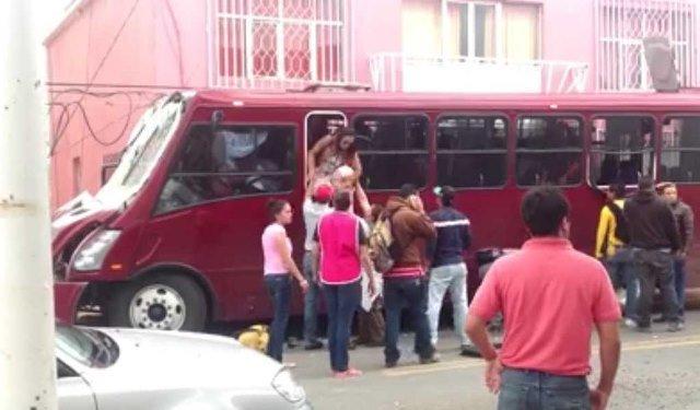¡Camión con 40 pasajeros se estrelló contra un poste de luz en Calera!