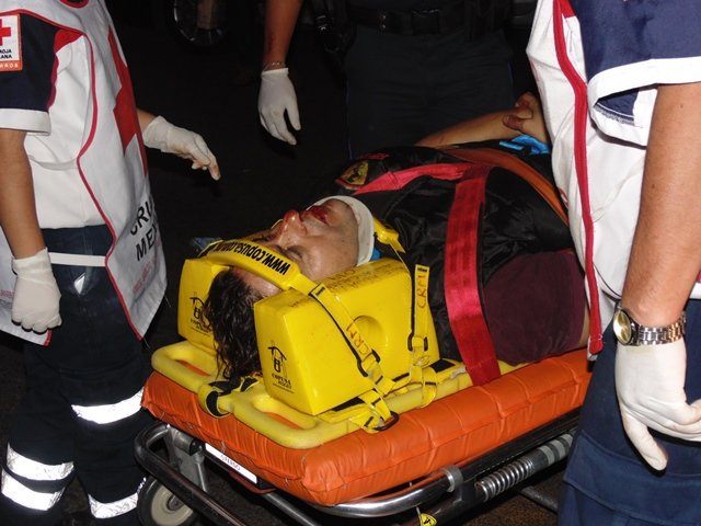 ¡Motociclista se salvó de morir aplastado por un camión urbano en Aguascalientes!