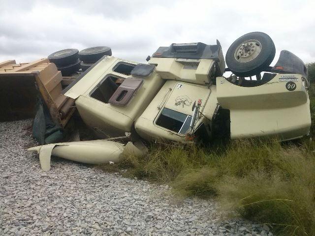 ¡Trailero impactó a un ciclista y luego se volcó en Aguascalientes; ambos resultaron lesionados!