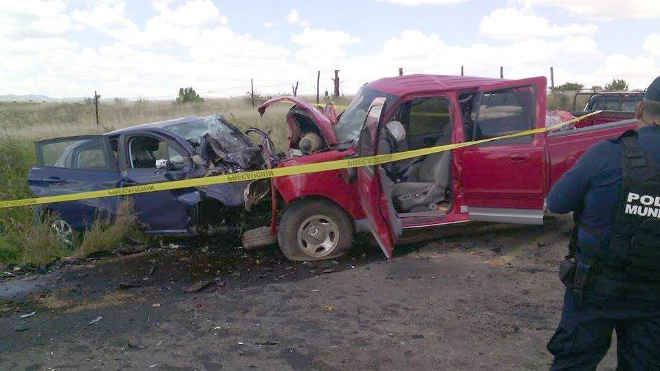 ¡1 muerto y 1 persona prensada deja choque frontal entre un carro y una camioneta en Jerez!
