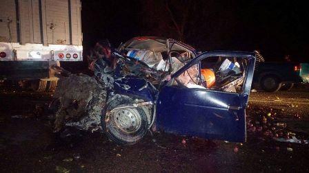 ¡Choque frontal entre una camioneta y un torton dejó 1 muerto y 1 lesionado en Aguascalientes!