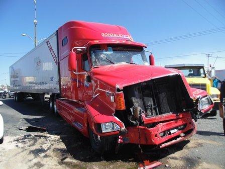 ¡Tráiler impactó un camión urbano en Aguascalientes: 2 lesionados!