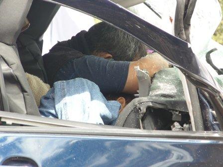 ¡2 muertos y 5 lesionados tras choque frontal entre auto y camioneta en Aguascalientes!