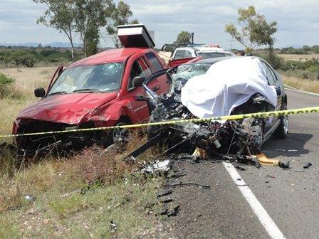 ¡FOTOGALERIA/ 2 muertos y 5 lesionados tras choque frontal entre auto y camioneta en Aguascalientes!