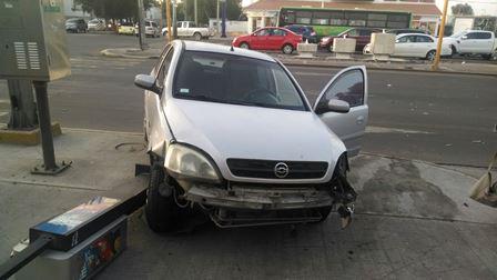 ¡Camión cargado con cemento embistió un automóvil en Aguascalientes!