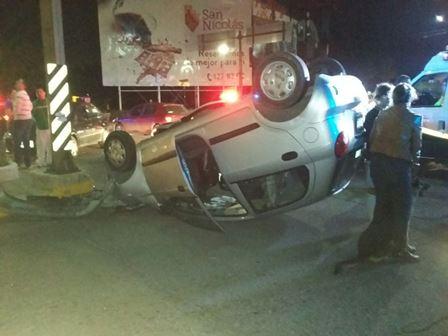 ¡Aparatoso choque-volcadura entre 2 autos en la Glorieta a Benito Juárez en Aguascalientes!