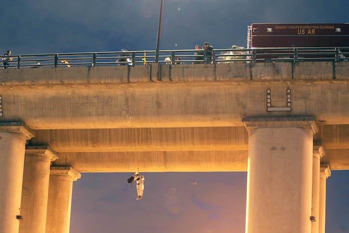 ¡Ejecutan y cuelgan de un puente el cuerpo de un hombre en Iztapalapa!