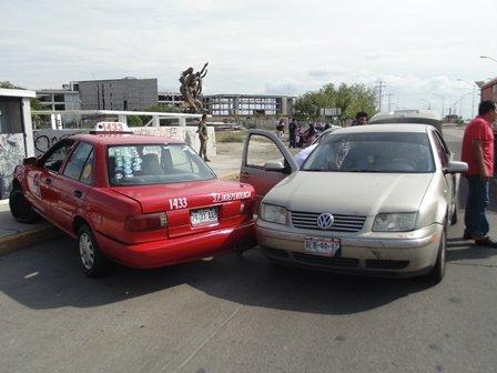 ¡Ebrio taxista provocó un fuerte accidente vial en Aguascalientes!