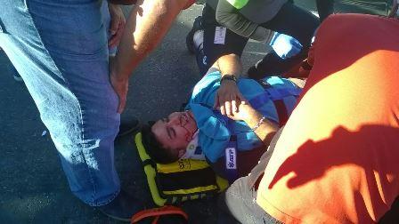 ¡Motociclista lesionado tras chocar contra un taxi y sus familiares agreden a reporteros en Aguascalientes!