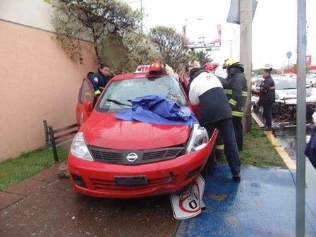¡FOTOGALERÍA/ Taxista resultó lesionado tras accidentarse en Aguascalientes!