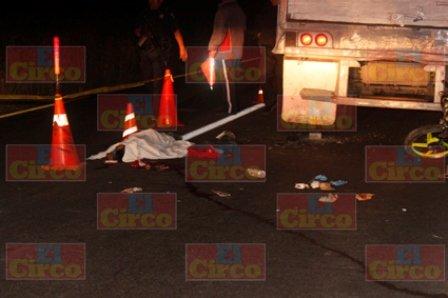 ¡1 muerto y 1 lesionado tras chocar motocicleta contra tráiler en Lagos de Moreno!