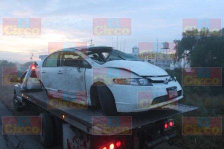 ¡2 jóvenes se salvaron de morir tras la volcadura de un auto en Lagos de Moreno!