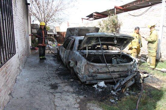 ¡Incendió el auto de su esposa cuando le confesó que lo engañaba!