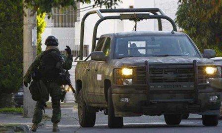 ¡2 muertos y 5 lesionados tras el choque de una camioneta militar contra una civil en Zacatecas!