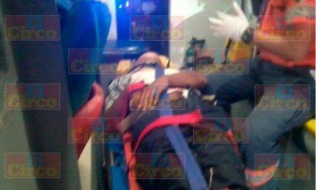 ¡Graves 2 hombres tras la volcadura de una camioneta en Lagos de Moreno!