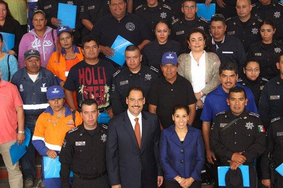 ¡Reconoce el alcalde Juan Antonio Martín del campo a servidores públicos ejemplo de superación personal!