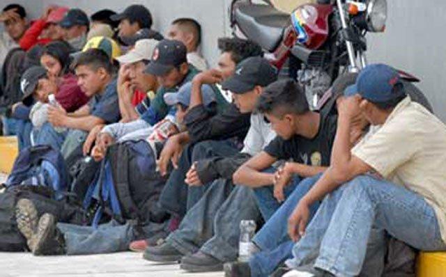 ¡Rescatan a 34 migrantes centroamericanos que viajaban hacinados en una camioneta en Chiapas!