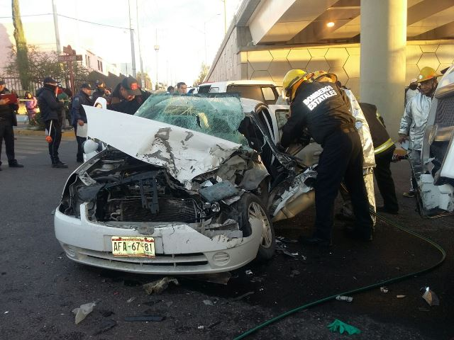 ¡1 muerto y 1 lesionado tras el choque entre un camión y un auto en Aguascalientes!