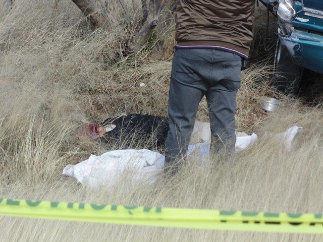 ¡1 muerto y 1 lesionado, ambos de San Luis Potosí, tras la volcadura de una camioneta en Aguascalientes!