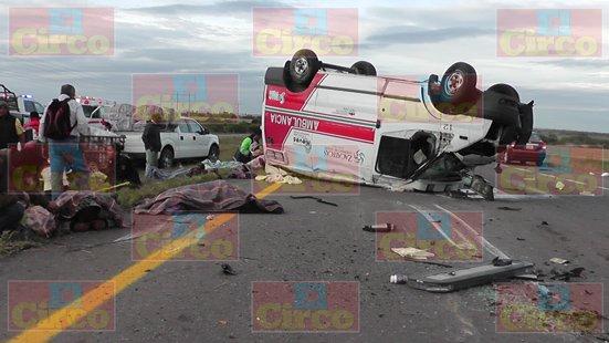 ¡1 muerto y 7 lesionados tras chocar una ambulancia y una camioneta en Fresnillo!
