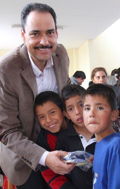 ¡El alcalde Juan Antonio Martín del Campo entregó apoyos en Cumbres III!