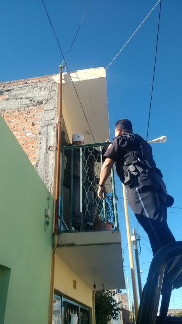 ¡Ancianito de 96 años amenazó con suicidarse arrojándose del balcón de su casa en Aguascalientes!
