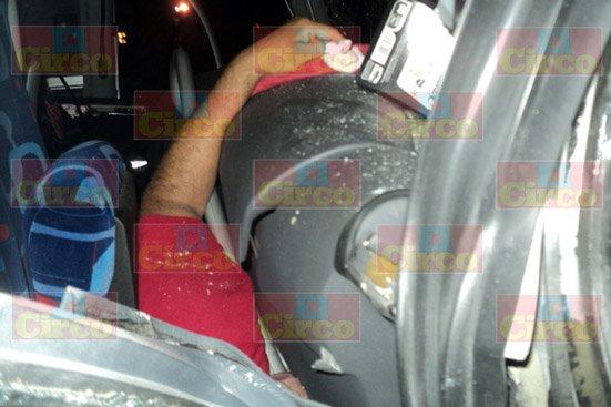 ¡Se impacta contra una finca y muere prensado chofer de camión de pasajeros en San Juan de los Lagos!