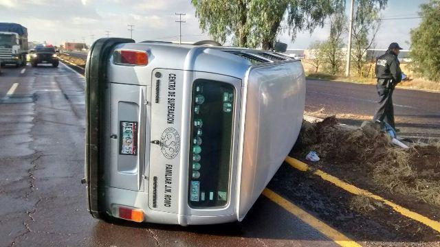 ¡2 lesionados tras la volcadura de una combi de la empresa JM Romo en Aguascalientes!