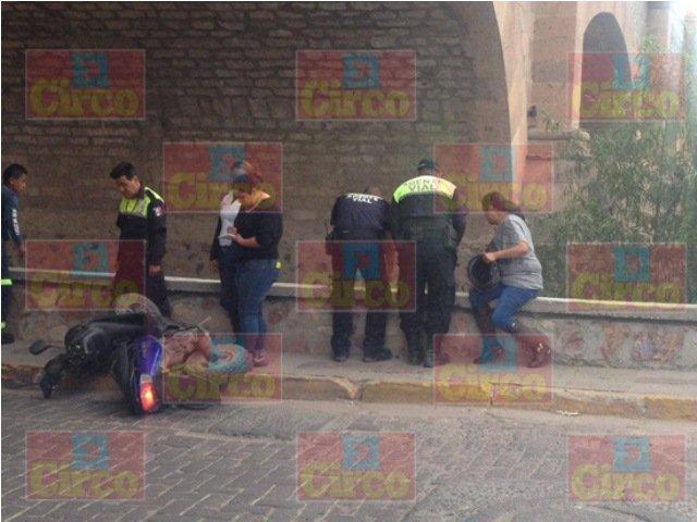 ¡Alcoholizado motociclista chocó y cayó de un puente en Lagos de Moreno!