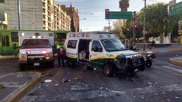 ¡Fuerte choque entre una ambulancia y una camioneta dejó 4 lesionados en Aguascalientes!