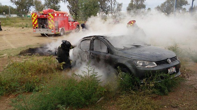 ¡Espectacular incendio de un auto en Aguascalientes!