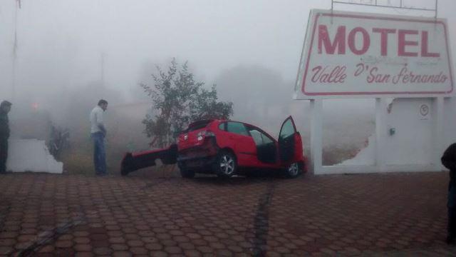 ¡Coche fue impactado por un autobús y se estrelló contra un motel en Aguascalientes!