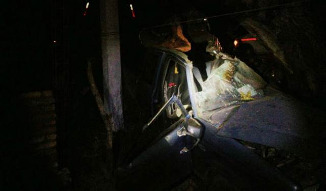 ¡Camioneta se estrelló contra un árbol en Juchipila: 1 muerto y 2 lesionados!