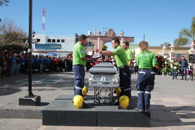 ¡Ofrecen sentido homenaje póstumo a paramédico en Calera!