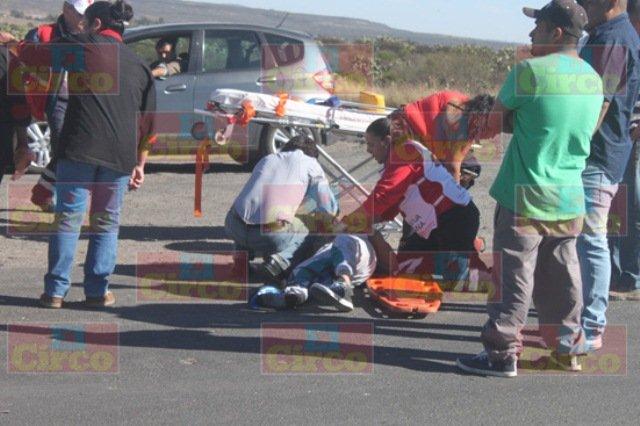 ¡Serias lesiones de un motociclista que chocó contra un auto en Lagos de Moreno!