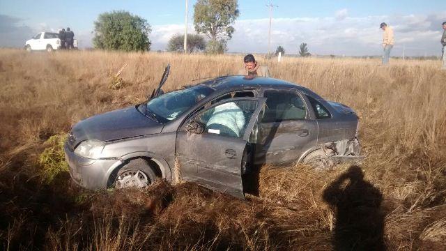 ¡Maestra salió ilesa tras volcar su auto y chocar contra un árbol en Aguascalientes!