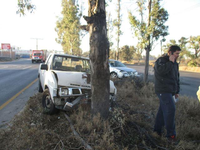 ¡Mujer embarazada lesionada tras fuerte choque entre una camioneta y un auto en Aguascalientes!