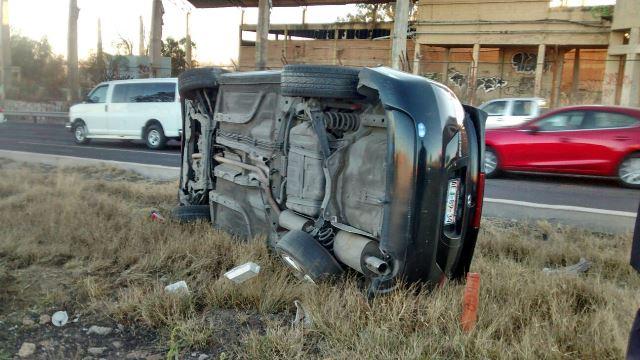 ¡Padre e hijo lesionados tras la volcadura de su automóvil en Aguascalientes!