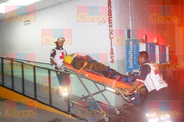 ¡Motociclista lesionado de consideración al ser impactado por una camioneta en Lagos de Moreno!