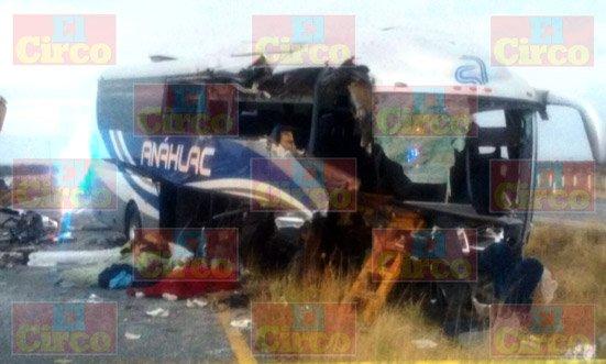 ¡3 muertos y 9 lesionados tras el choque entre un autobús y una retroexcavadora en Villa de Cos, Zacatecas!