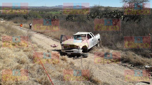 ¡1 menor muerto y 2 lesionados dejó la volcadura de una camioneta en Encarnación de Díaz!