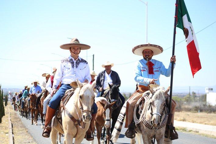 ¡Participa Alejandro Tello en cabalgata en Pinos!