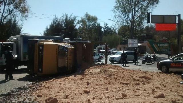 ¡Aparatosa volcadura de un camión de volteo cargado con tepetate en Aguascalientes!