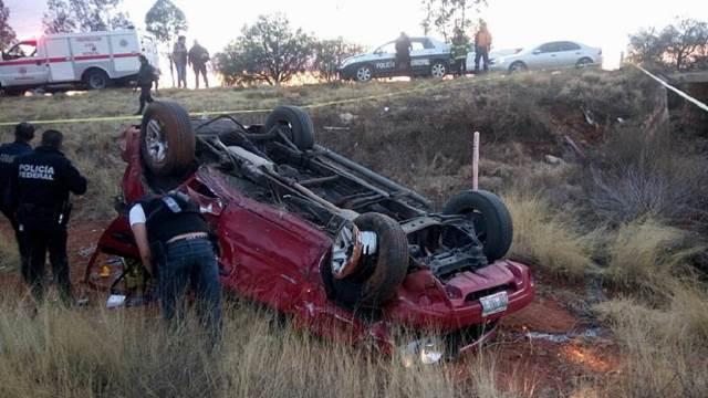 ¡1 adulto muerto y un niño lesionado tras la volcadura de una camioneta en Morelos, Zacatecas!