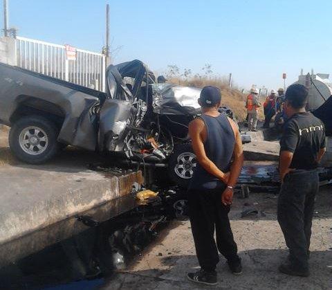¡Hombre lesionado tras fuerte encontronazo entre una camioneta y un tráiler en Encarnación de Díaz!